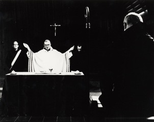 Es_-_priest_at_altar